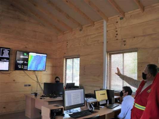 Seremi de Gobierno revisó centro de monitoreo en Conaf Ñuble donde detectan focos de incendio